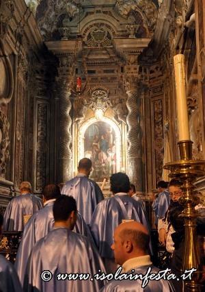 3-i-confrati-entrano-nella-cappella