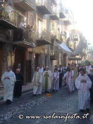 68-santissimo-sacramento-il-prete-calpestera-le-carte-rizze-al-centro