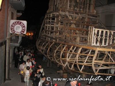 10-la-processione-passa-ai-lati-della-struttura-del-carro-trionfale-1