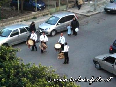 i-tamburinai-che-per-primi-aprono-il-corteo-processionale