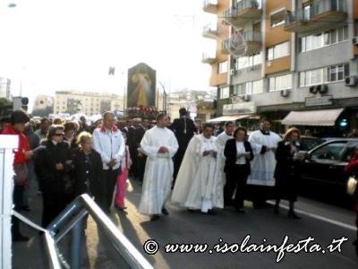 in-preghiera-con-la-coroncina-alla-divina-misericordia-1