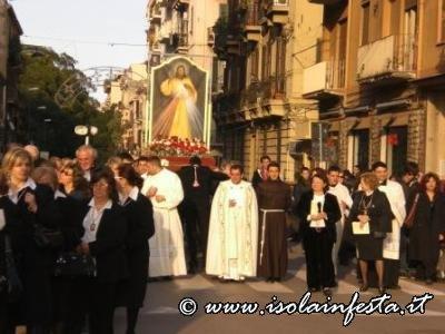 la-processione-con-licona-baciata-dal-sole
