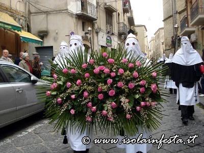 47-lomaggio-floreale-in-processione