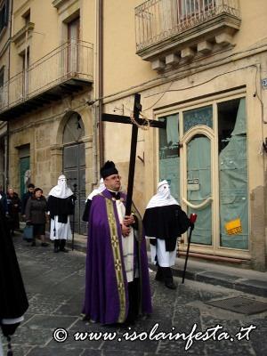 52-il-sacerdot-in-processione