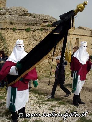 13-olo-stendardo-apre-la-processione