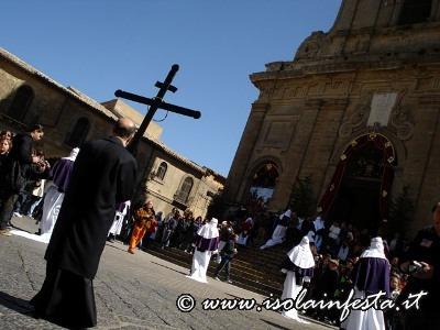 105-il-parroco-delladdolorata-in-processione