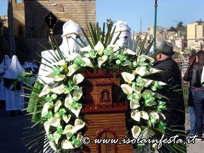 8-lomaggio-floreale-con-lo-stemma-turrito-della-citta