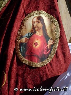 143-lo-stemma-con-limmagne-del-sacro-cuore-nellomonimo-stendardo