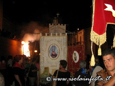 01-gli-stendardi-in-processione