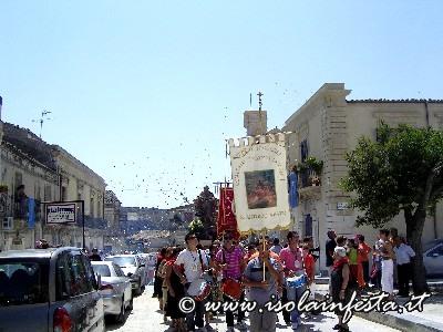04-gli-stendardi-in-processione