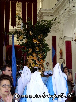 04-la-confraternita-di-cerami-entra-in-chiesa-madre