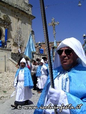 06-i-confrati-di-cerami-in-processione