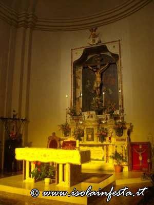 1-_altare_del_santissimo_crocifisso_di_santantonino_con_le_insegne_per_la_festa_del_3_maggio
