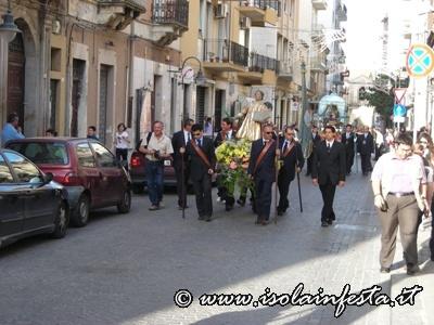 dscn2341-i-santi-escono-dalle-proprie-chiese-e-in-processione-raggiungono-la-chiesa-di-san-domenico