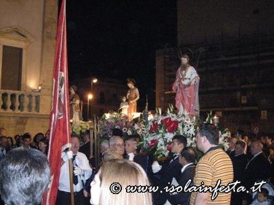 i-santi-alzati-sulle-spalle-in-segno-di-festa