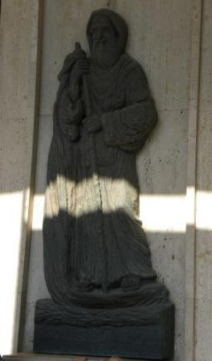 10-immagine-bronzea-del-santo-sotto-il-portico-della-stazione-marittima