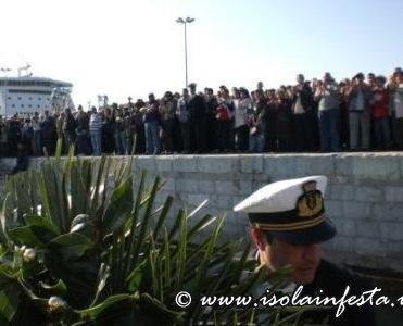 12-i-fedeli-sulla-banchina-del-porto-assistono-alla-partenza-della-motovedetta
