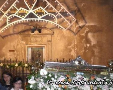 26-sosta-di-preghiera-davaanti-la-cappella-votiva-al-santo-antistante-labside-della-chiesa-del-santo