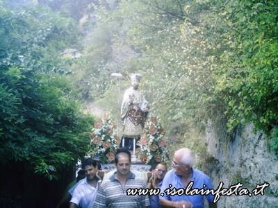 08-la-statua-di-s-gaetano-in-processione-verso-lomonima-chiesa-s-steafano-medio-10-08-08