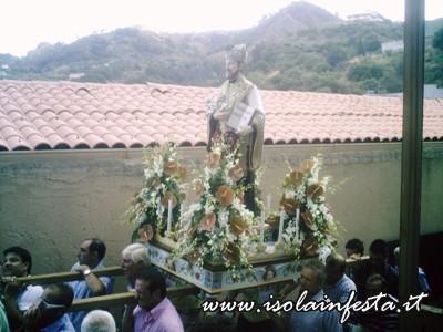 09-la-statua-di-s-gaetano-in-processione-davanti-allomonima-chiesa-a-s-stefano-medio-10-08-08