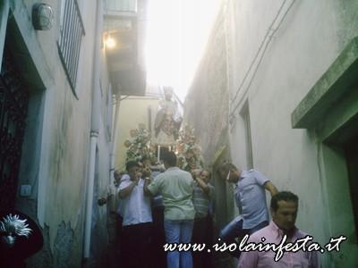 13-la-statua-di-s-gaetano-in-processione-tra-i-vicoli-attorno-alla-chiesa-omonima-a-s-stefano-medio-10-08-08