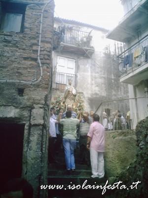 15-la-statua-di-s-gaetano-in-processione-tra-i-vicoli-attorno-alla-chiesa-omonima-a-s-stefano-medio-10-08-08