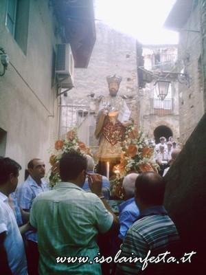 18-la-statua-di-s-gaetano-in-processione-tra-i-vicoli-attorno-alla-chiesa-omonima-a-s-stefano-medio-10-08-08