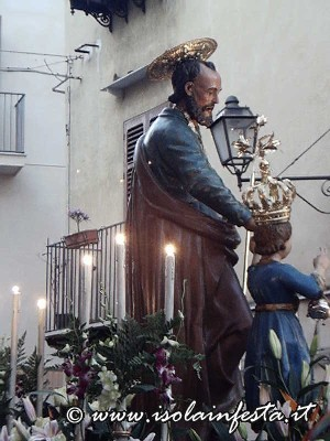 13_san_giuseppe_sosta_davanti_il_sacrato_prima_di_entrare_nella_parorocchiale_per_la_messa_solenne