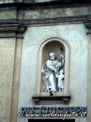 8_nicchia_sul_prospetto_della_chiesa_dove_si_trova_una_scultura_in_stucco_del_santo_del_periodo__barocco