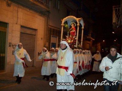 102-la-processione-procede-per-la-via-mercato