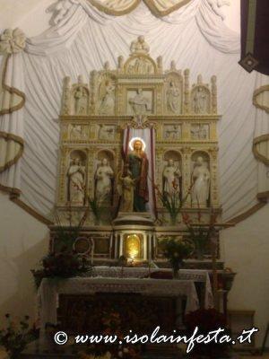 176-laltare-maggiore-della-chiesaq-di-san-tommaso-in-primo-piano-e-sposta-ce-la-statua-di-santa-lucia