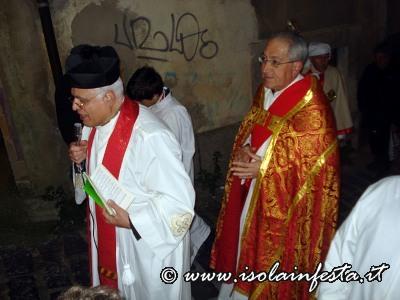 39-il-parroco-di-san-tommaso-durante-la-lettura-di-prghiere-alla-martire-siracusana