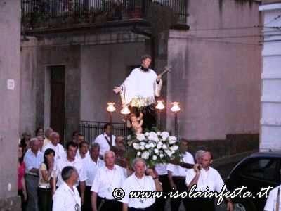 13-la-confraternita-di-san-luigi-porta-sulle-spalle-limmagine-del-santo-protettore