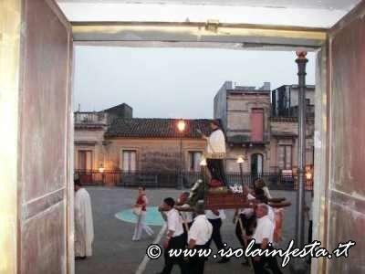 8-la-processione-in-piazza