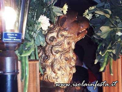 il-leone-posto-ai-piedi-della-statua-simbooevngelico-di-marco