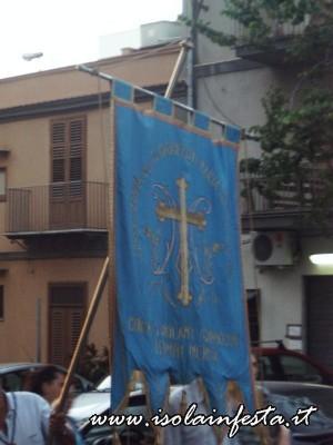 24-lo-stendardo-della-confraternita-in-processione