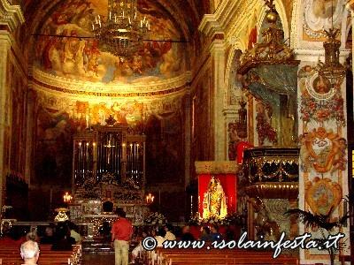09-la-splendida-basilica-affrescata-e-a-destra-laltare-della