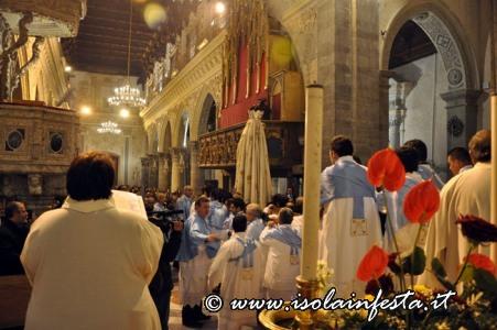 16-la-processione-lungo-le-navate-del-duomo