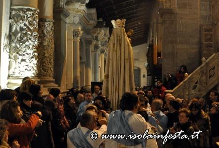 24-arrivo-della-madsonna-nella-navata-della-cappella