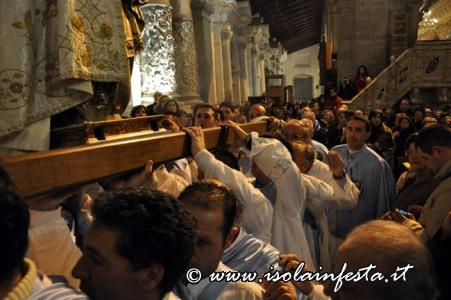27-i-confrati-alzano-il-fercolo-per-entrare-nella-cappella
