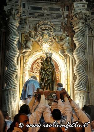 34-la-madonna-viene-posta-dentro-la-nicchia-della-cappella