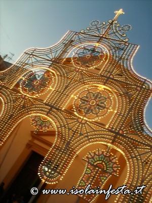 17-la-facciata-della-chiesa-madre-di-isola-delle-femmine-illuminataa-festa