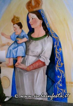 18-un-grande-murales-raffigurante-la-madonna-venerata-nel-piccolo-centro-costiero