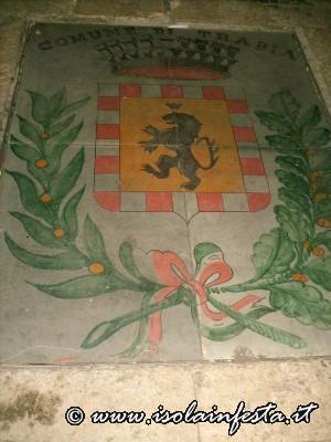 30-lo-stemma-della-citta-di-trabia-rappresentato-nel-sagrato-della-chiesa-madre
