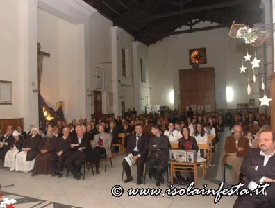 22-anche-il-pubblico-presente-allintenro-della-chiesa-e-stato-coinvolto-nei-canti-e-nelle-preghiere