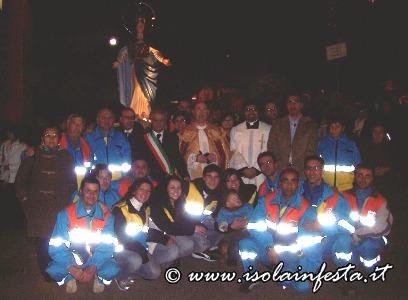 11-i-volontari-della-misericordia-assieme-ai-parroci-e-al-vice-sindaco-attorno-alla-vergine-immacolata
