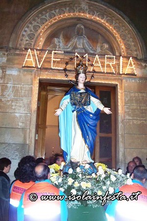 14-il-rientro-della-vergine-nella-sua-chiesa-tra-la-commozione-dei-fedeli