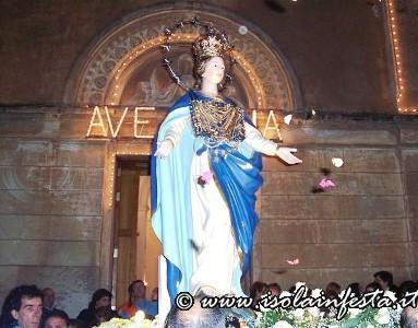 3-maria-ss-immacolata-inizia-la-processione-per-le-vie-cittadine-alcuni-fedeli-lanciano-petali-di-rosa