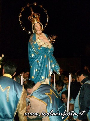 23-limmaine-viene-collocata-su-di-una-portantina-per-il-trasferimento-nella-parrocchia-di-santantonio
