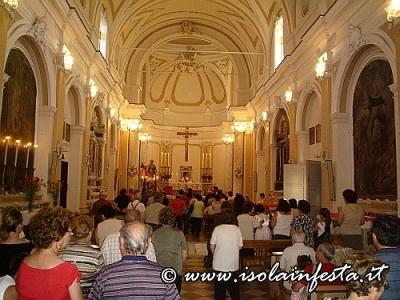 02-linterno-della-chiesa-durante-una-s-messa_